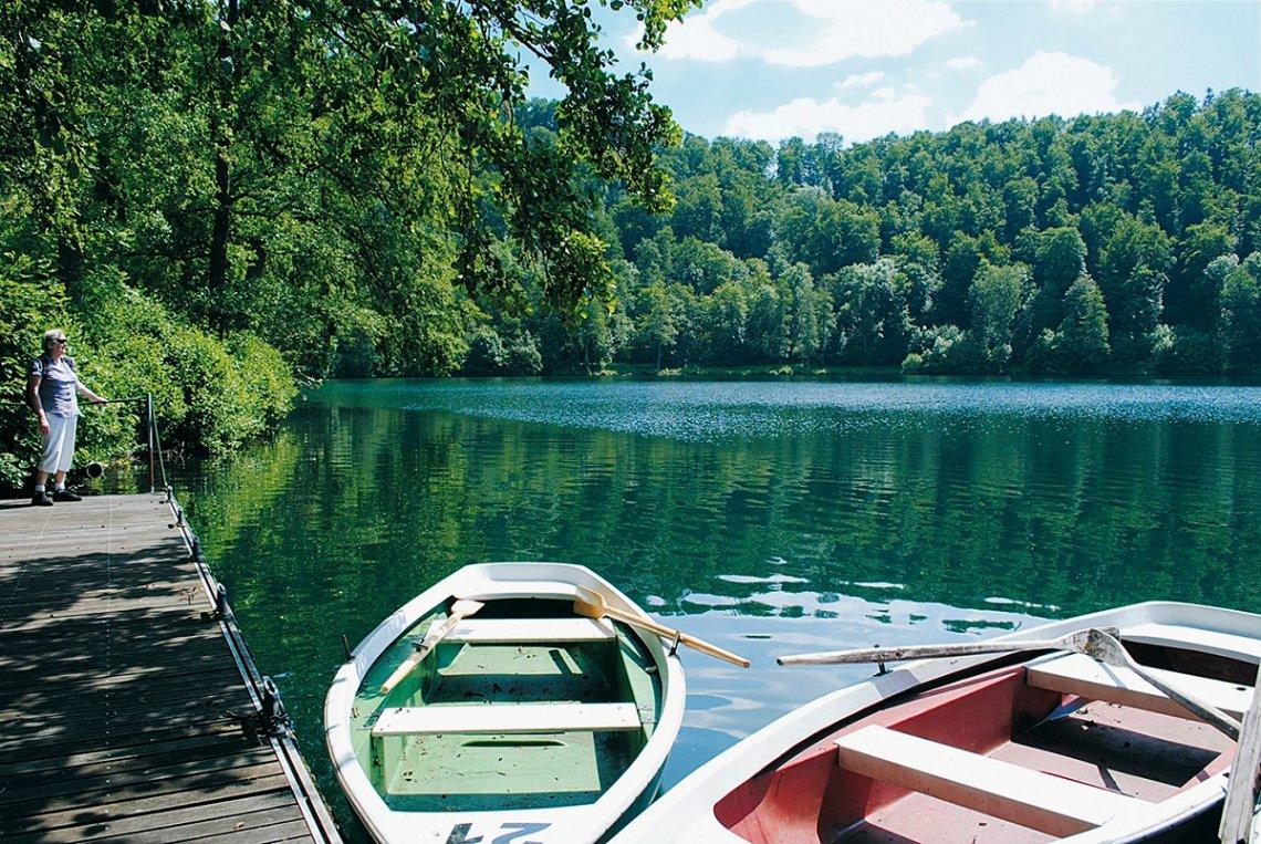 Bootssteg und Ruderboote am Gemündener Maar
