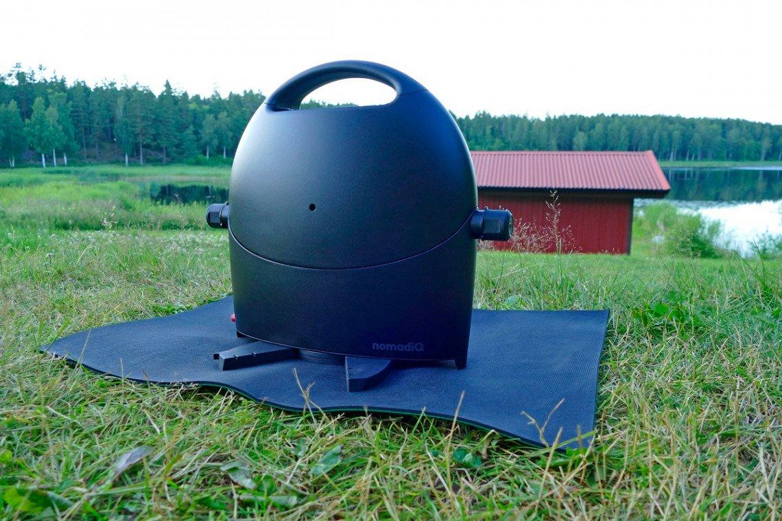 nomadiq Campinggasgrill zusammengeklappt auf der Wiese