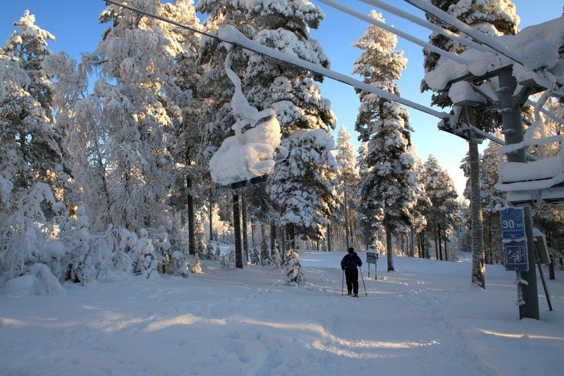 Verschneiter Skilift im Skigebiet Pyhä, Finnland