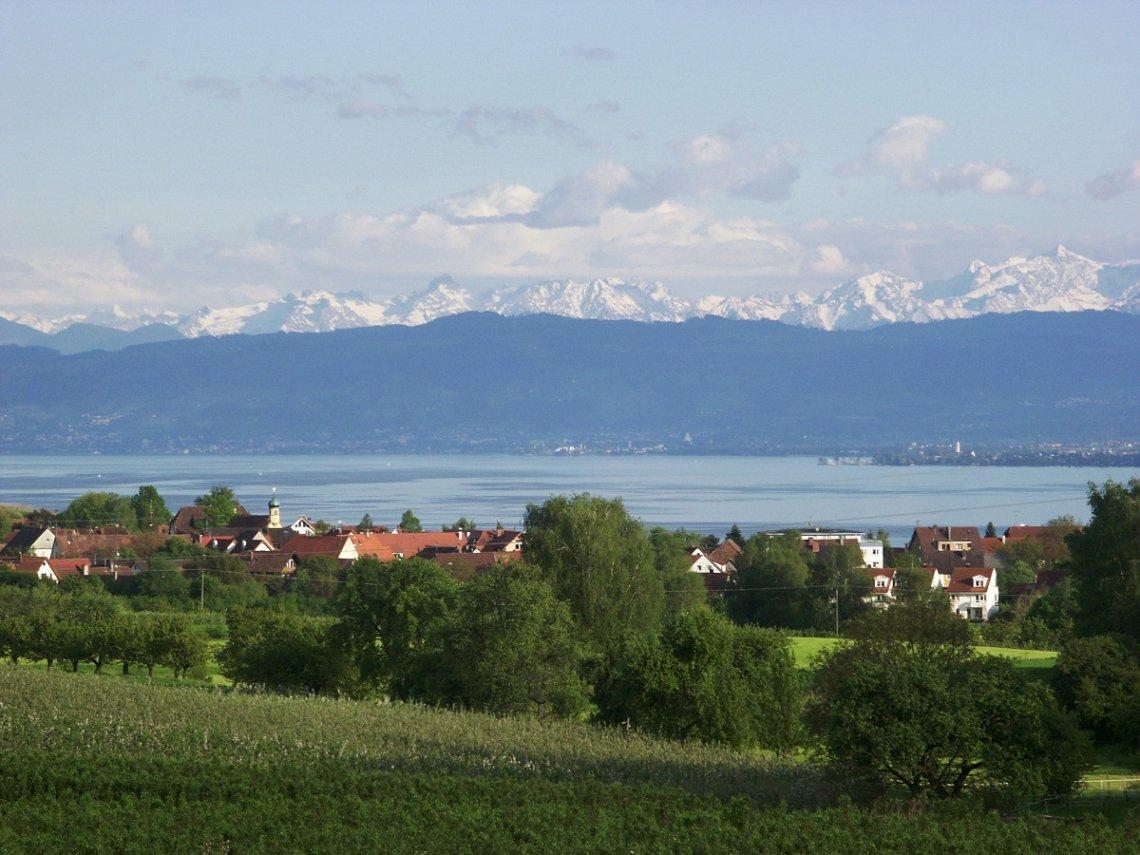 Blick über den Bodensee auf die Alpen