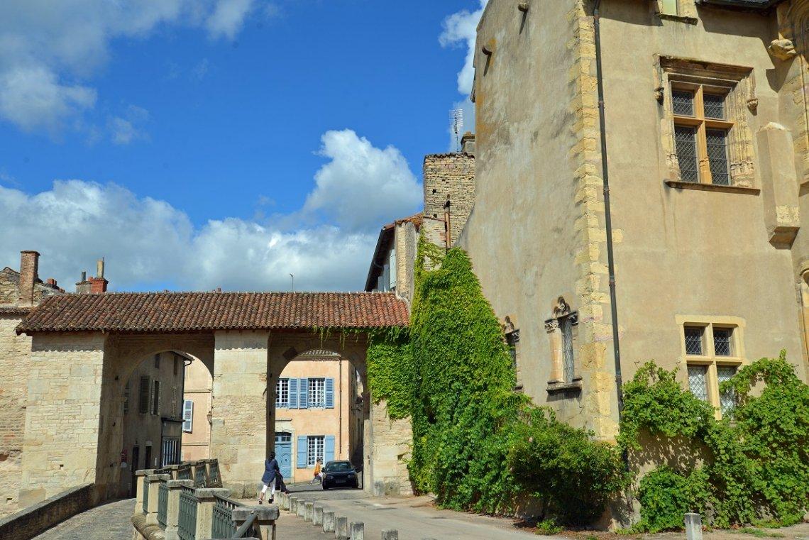Historische Gebäude in der Altstadt von Cluny, Frankreich