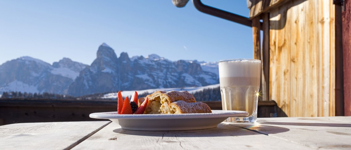 Strudel und Kaffee auf der Skihütte in den Dolomiten
