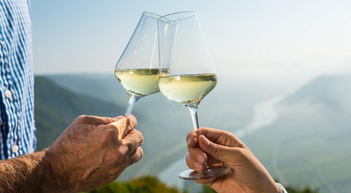 Gläser mit Weißwein vor dem Hintergrund der Mosel