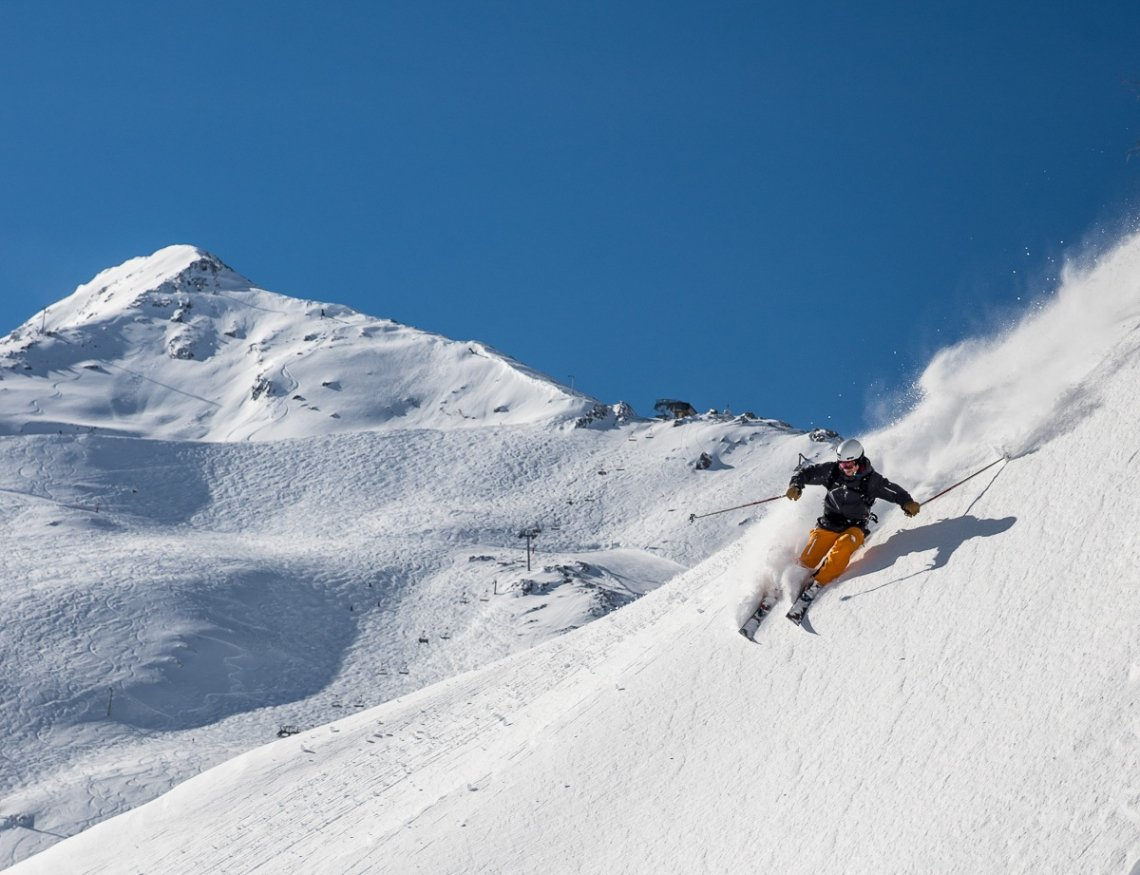 Freerider im Pulverschnee im Skigebiet Piau-Engaly, Frankreich