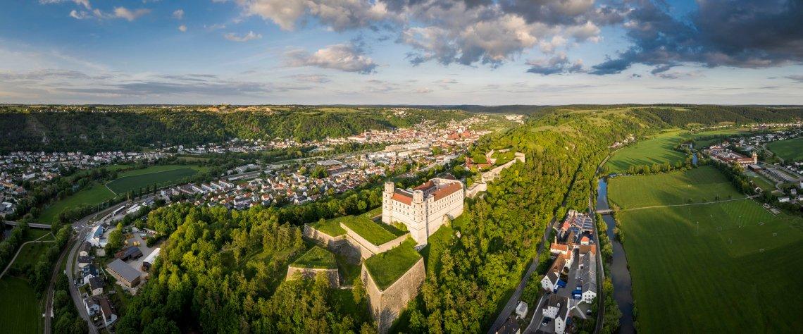 Blick von oben auf die Willibaldsburg und Eichstätt im Altmühltal