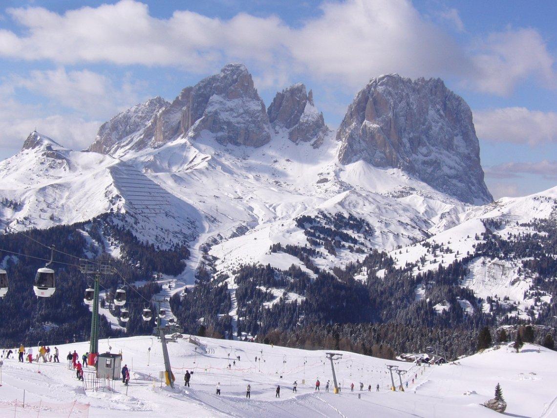Skilifte im Skigebiet vor dem Langkofel, Dolomiten