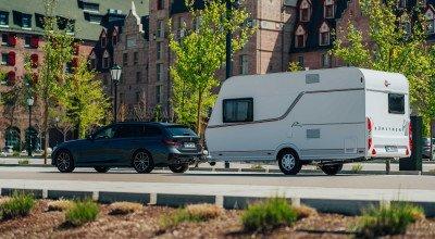 Wohnwagengespann mit Caravan Premio Life in der Stadt