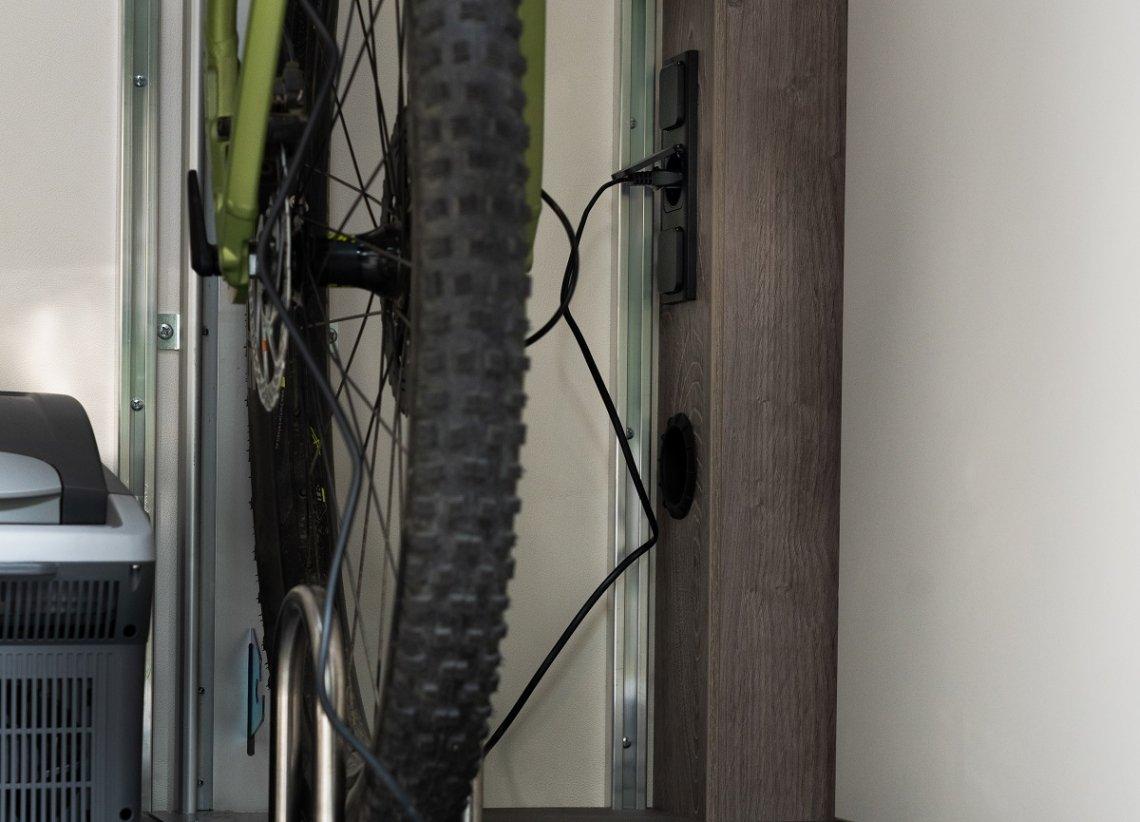 Steckdosen in der Heckgarage direkt neben dem Fahrradständer