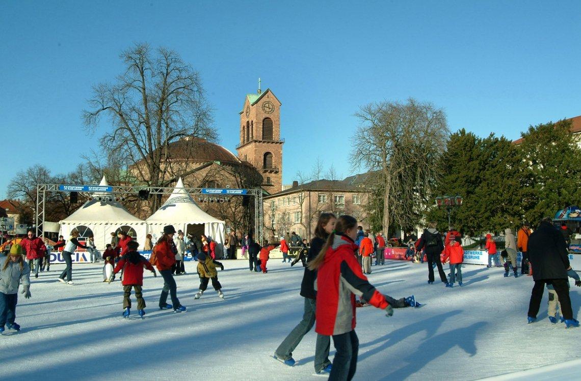 Eisfläche auf dem Schlossplatz Karlsruhe