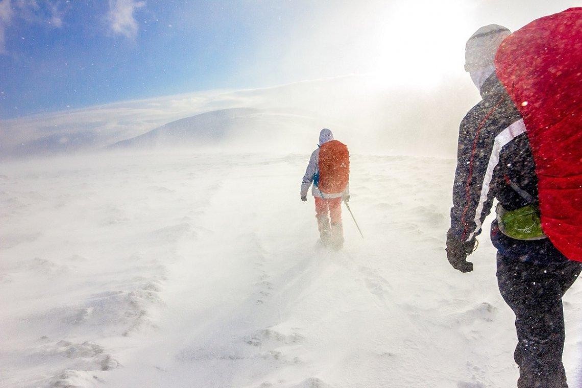 Wanderer bei Schneesturm in den Bergen