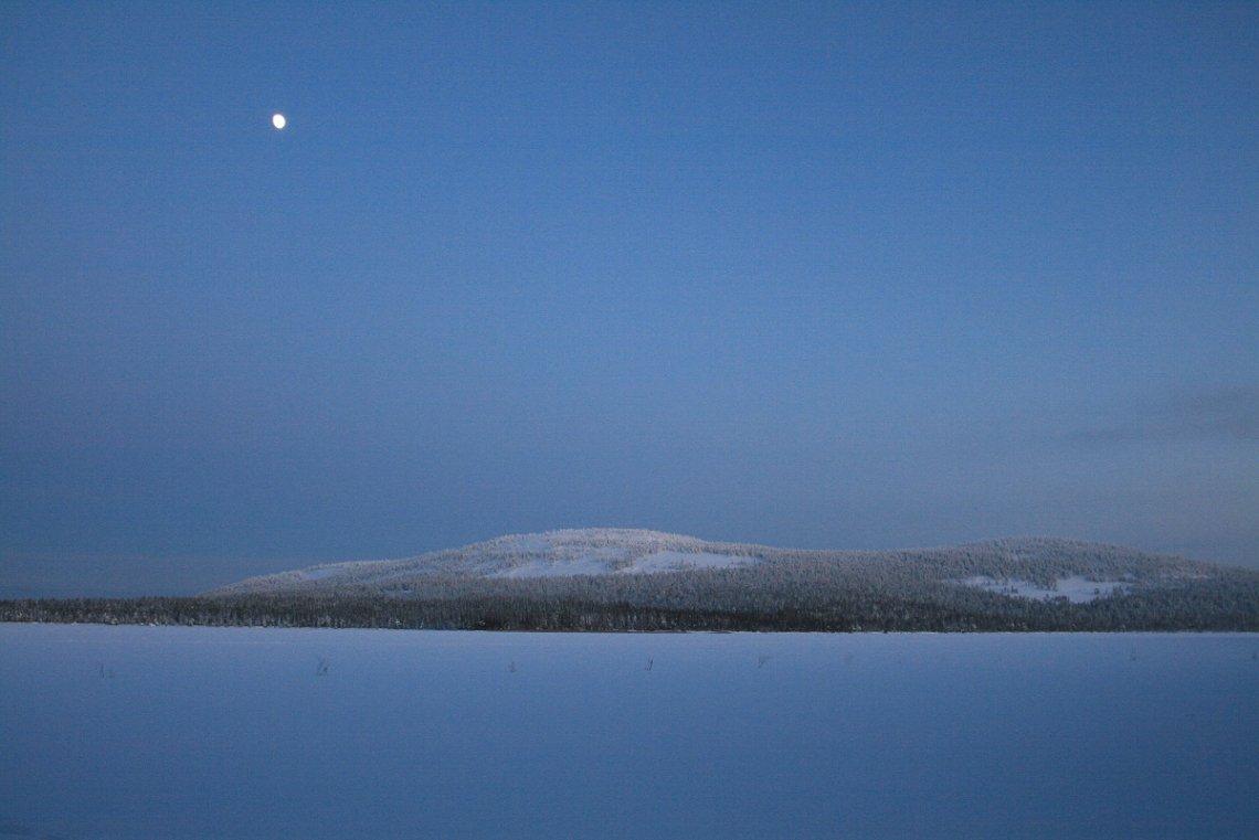 Blaue Stunde am vereisten See Pyhäjärvi, Finnland