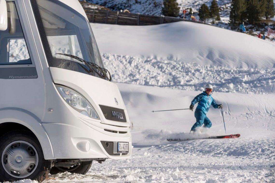Winterfestes Hymermobil auf der Skipiste im Winter