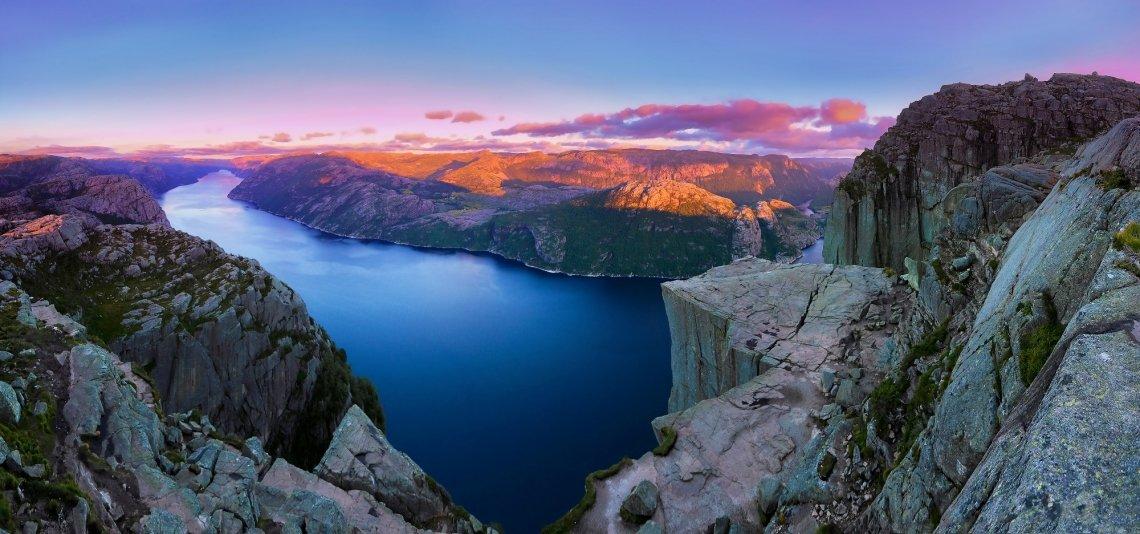 Blick auf den Preikestolen, Norwegen, bei Sonnenaufgang