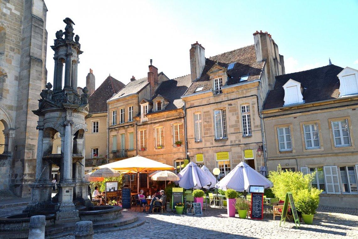 Blick auf den Platz vor der Kathedrale St Lazare in Autun