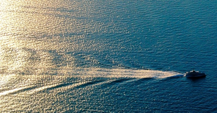 Schiff in der Abendsonne auf dem Meer