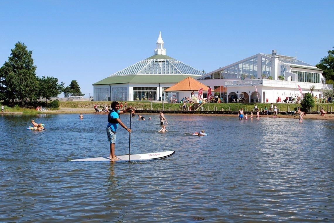 SUP und baden am Strand des Västervik Resorts in Schweden.