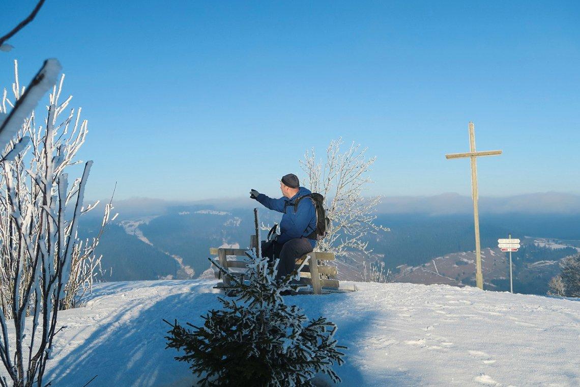 Blick über den verschneiten Schwarzwald vom Blößling