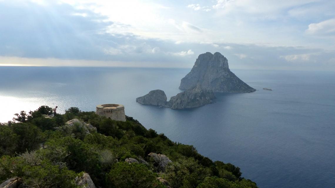 Blick von Ibiza auf die Insel Es Vedra