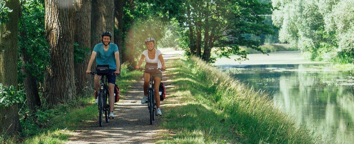 Radfahrer am Wasserlauf in Mecklenburg-Vorpommern