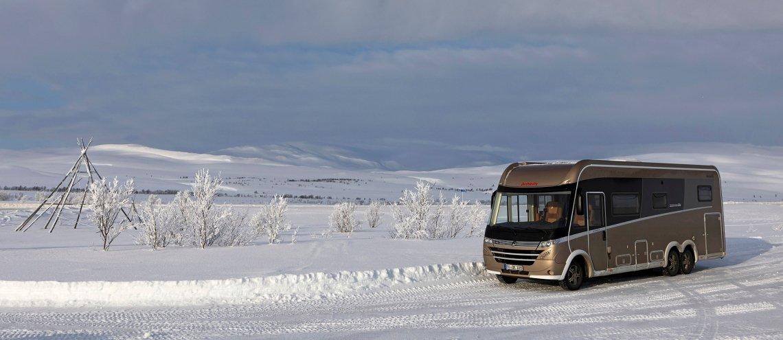 Camper Dethleffs op een besneeuwde straat