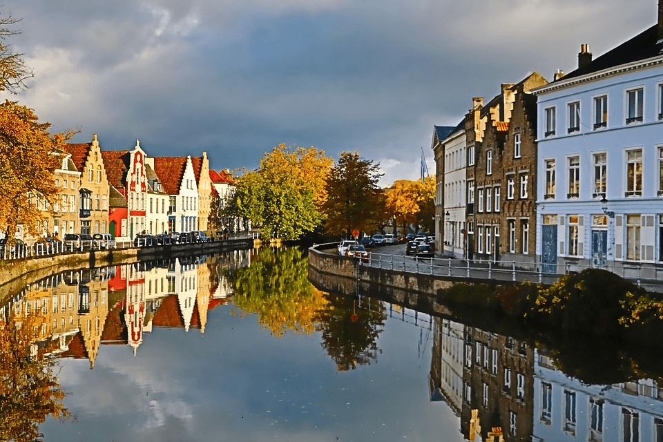 In het najaar kleuren de bomen in Brugge in de mooiste herfstkleuren.