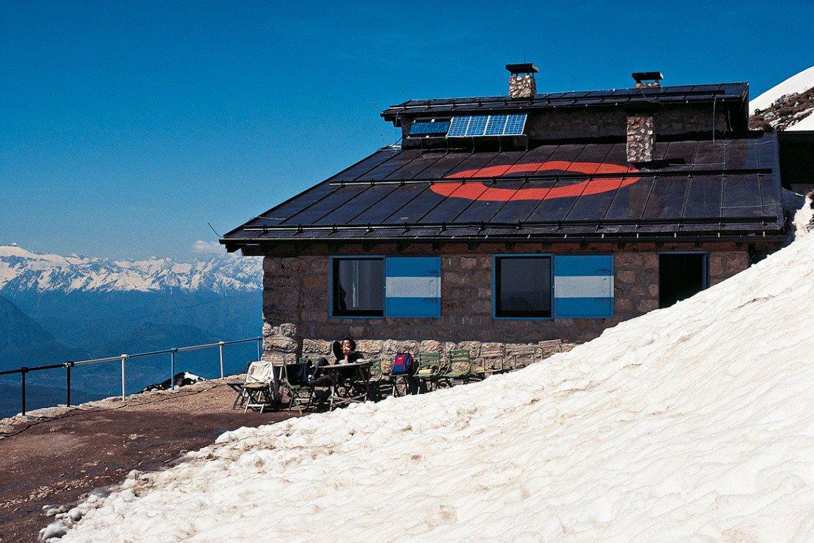 Rifugio Prospero Marchetti unterhalb des Monte-Stivo-Gipfels mit Schneeresten