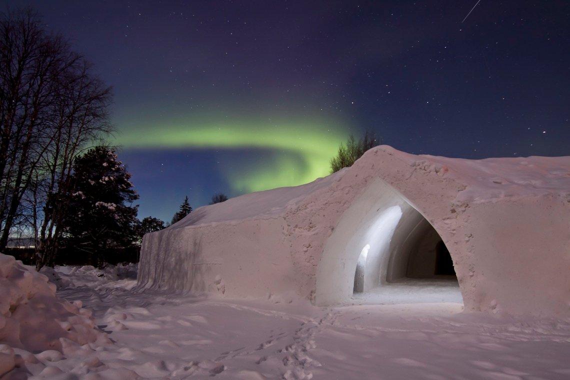 Polarlicht über dem Arctic Snow Hotel bei Rovaniemi, Finnland