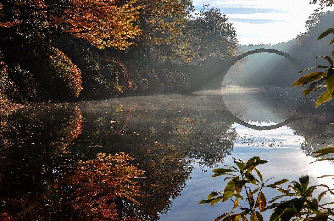 Rakotzbrücke im Herbst im Kromlauer Rhododendronpark