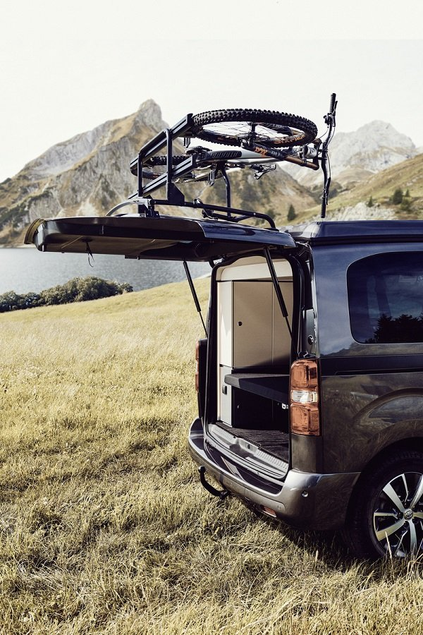 Crosscamp bike rack with an open tailgate