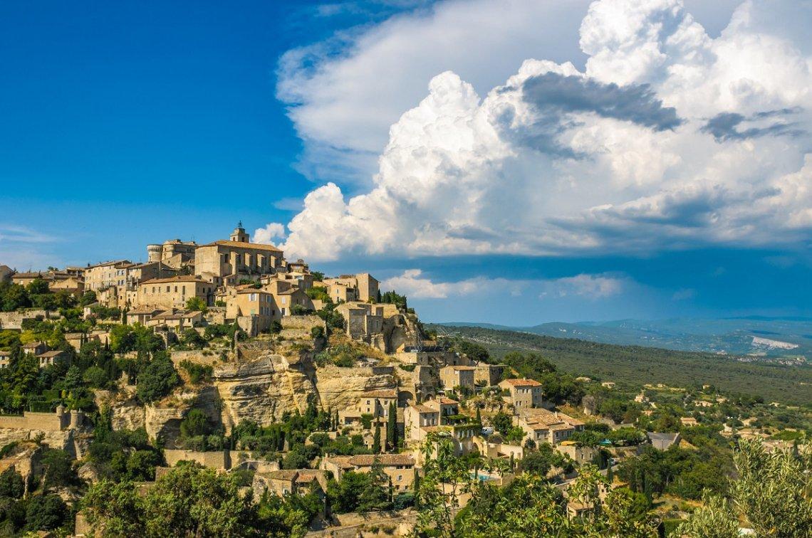 Blick auf Dorf Gordes in der Region Luberon
