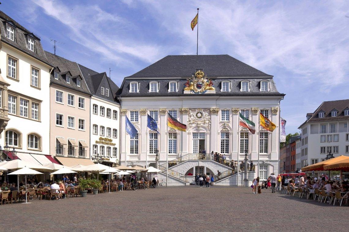 Blick auf Fassade und Freitreppe vom Alten Rathaus in Bonn