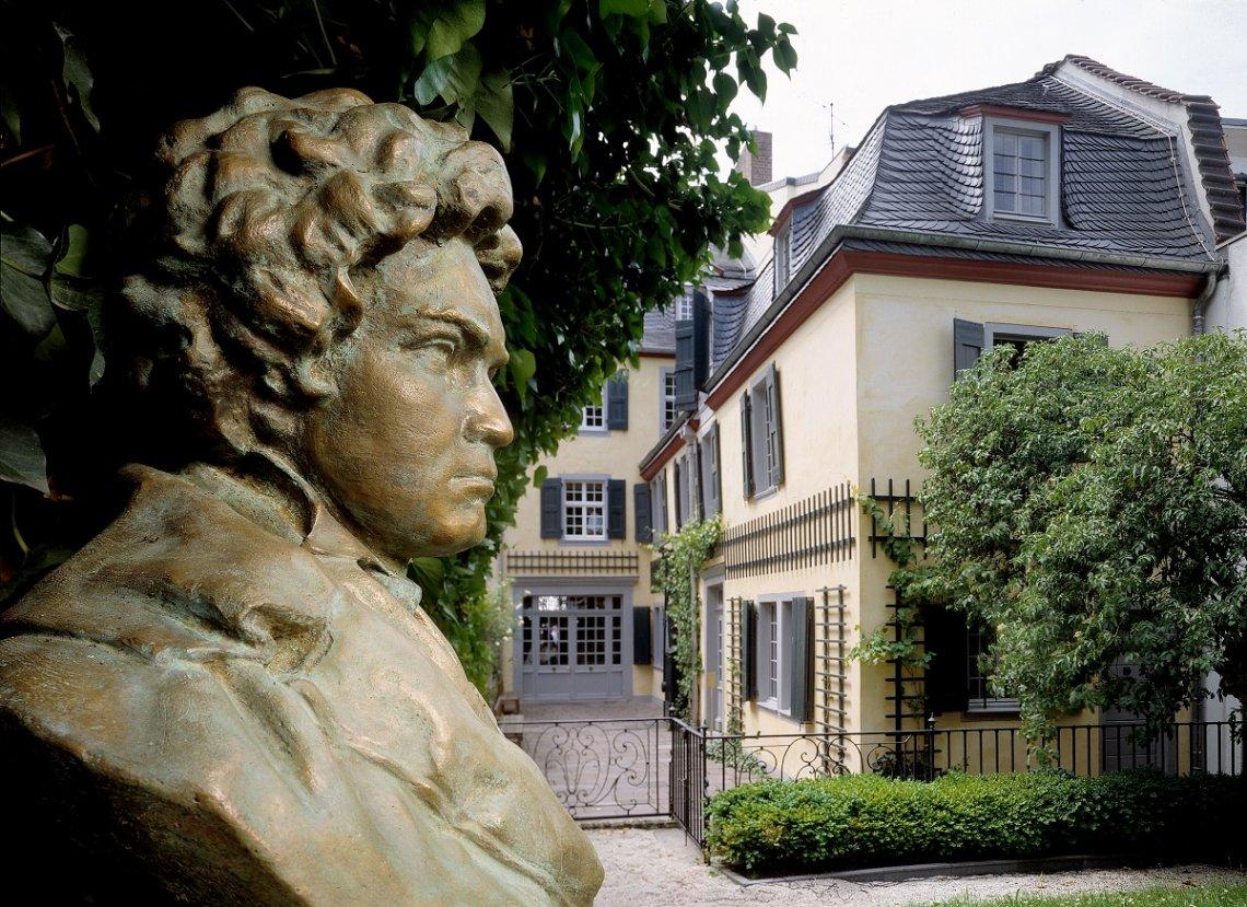 Das Beethoven-Haus in Bonn vom Garten aus gesehen