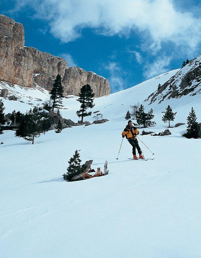 Skitourengeher bei der Skiabfahrt durch das Chedultal vor Dolomitenpanorama