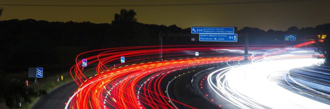 Autobahn England bei Nacht