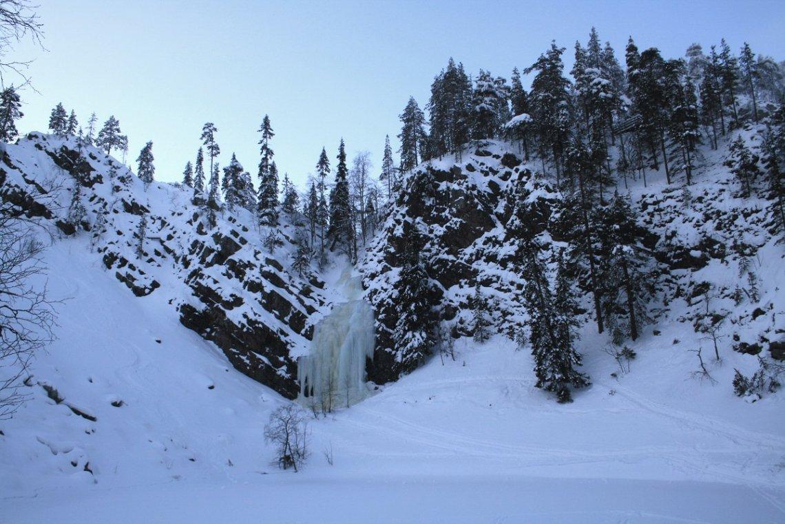 Vereister Wasserfall Pyhäkasteenputous im Winter, Finnland