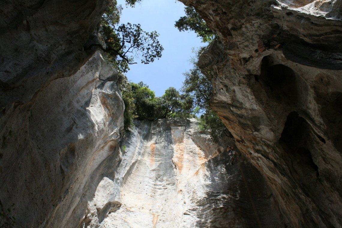 Trechter van de Grotta dell Edera in Ligurië, Italië