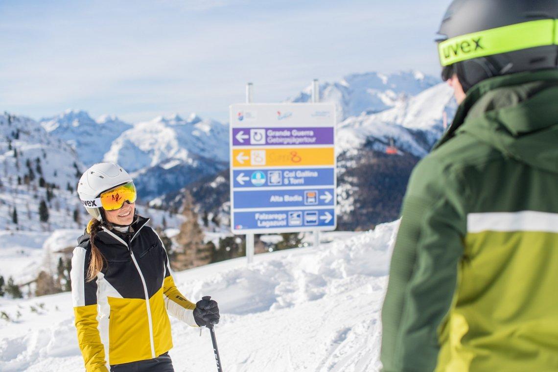 Skifahrer und Beschilderung im Skigebiet in den Dolomiten