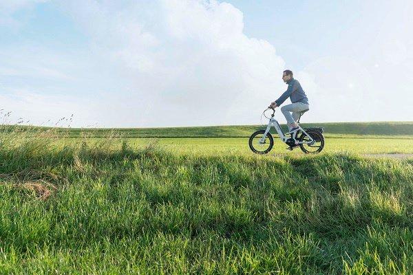 Mann auf Hymer E-Bike in der Natur