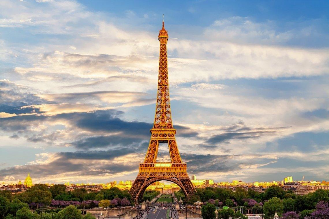 Eiffelturm in Paris in der Morgensonne