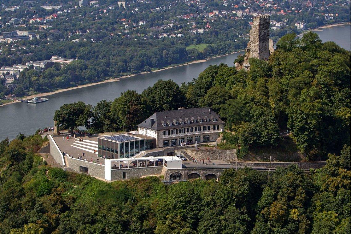 Blick aus der Luft auf die Burgruine des Drachenfels und Ausflugslokal