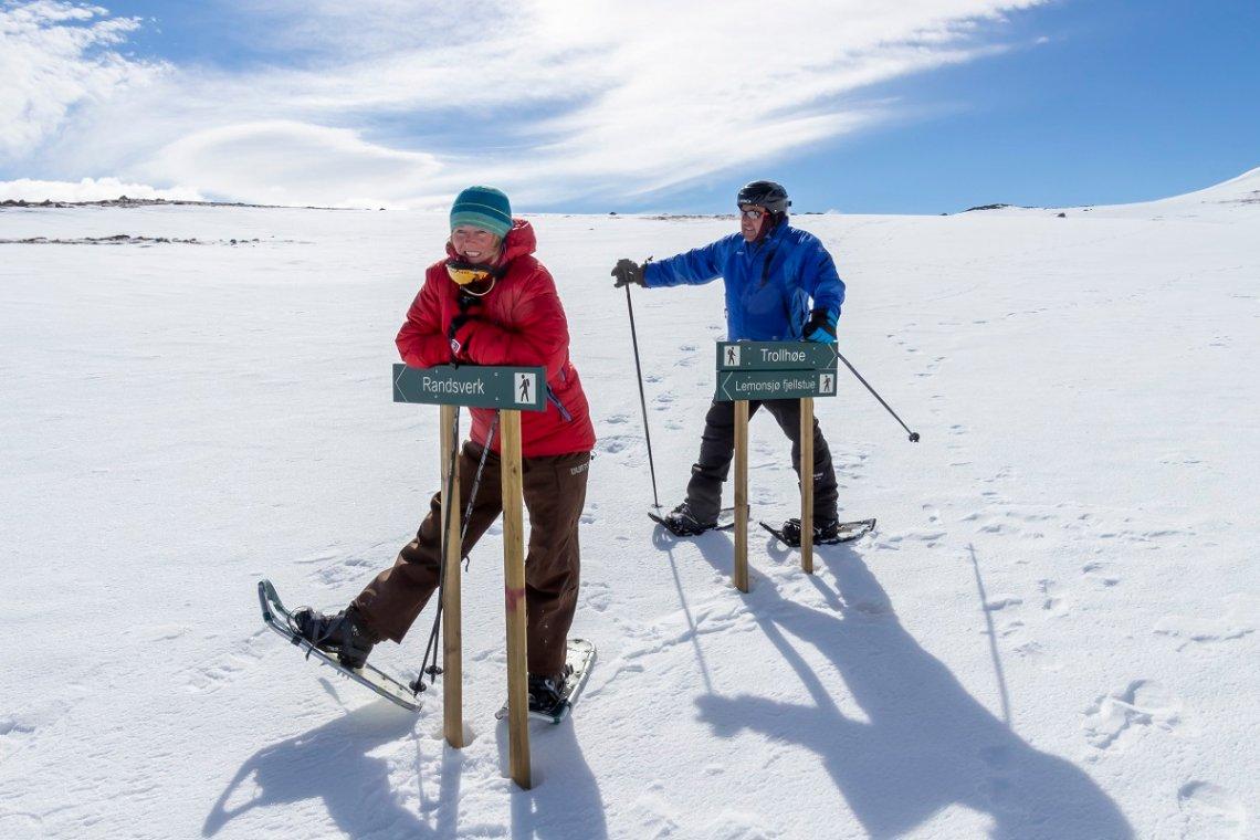 Schneeschuhwanderer und Beschilderung am Lemonsjø in Norwegen