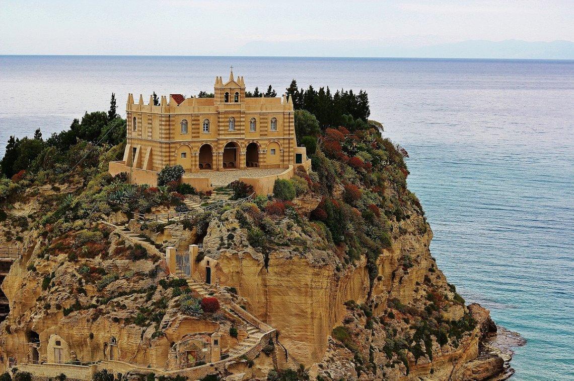 Santa Maria dell'Isola auf dem Fels oberhalb des Strands von Tropea
