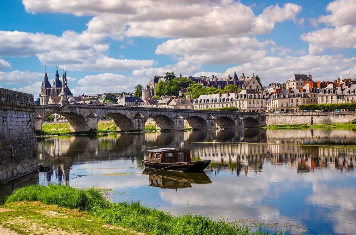 Blick über die Loire auf die Altstadt von Blois