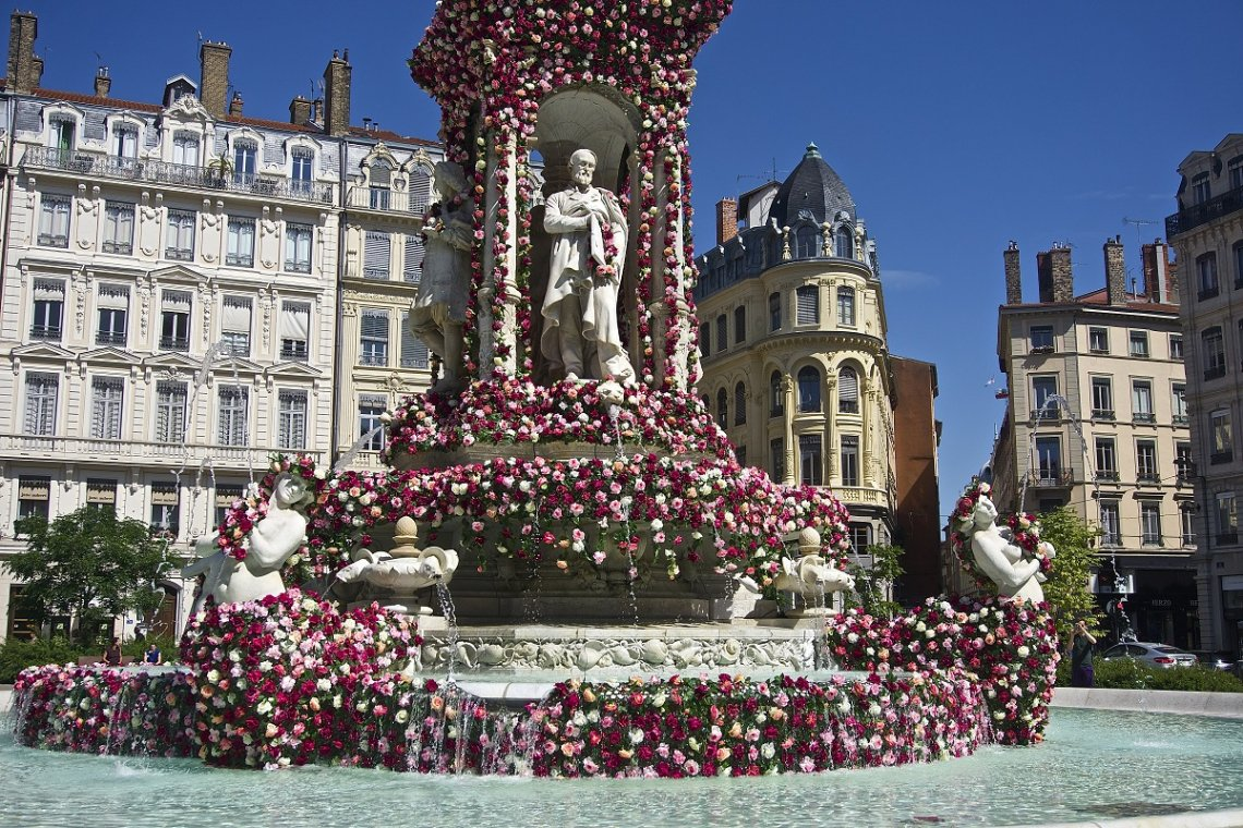 Mit Blumen geschmückter Brunnen am Jakobinerplatz in Lyon, Frankreich