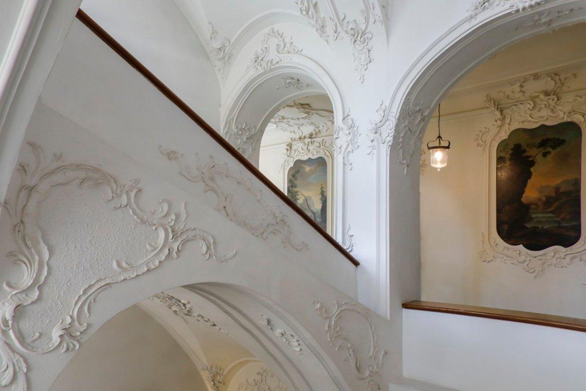 Reichlich verziertes Treppenhaus im Neuen Schloss in Tettnang