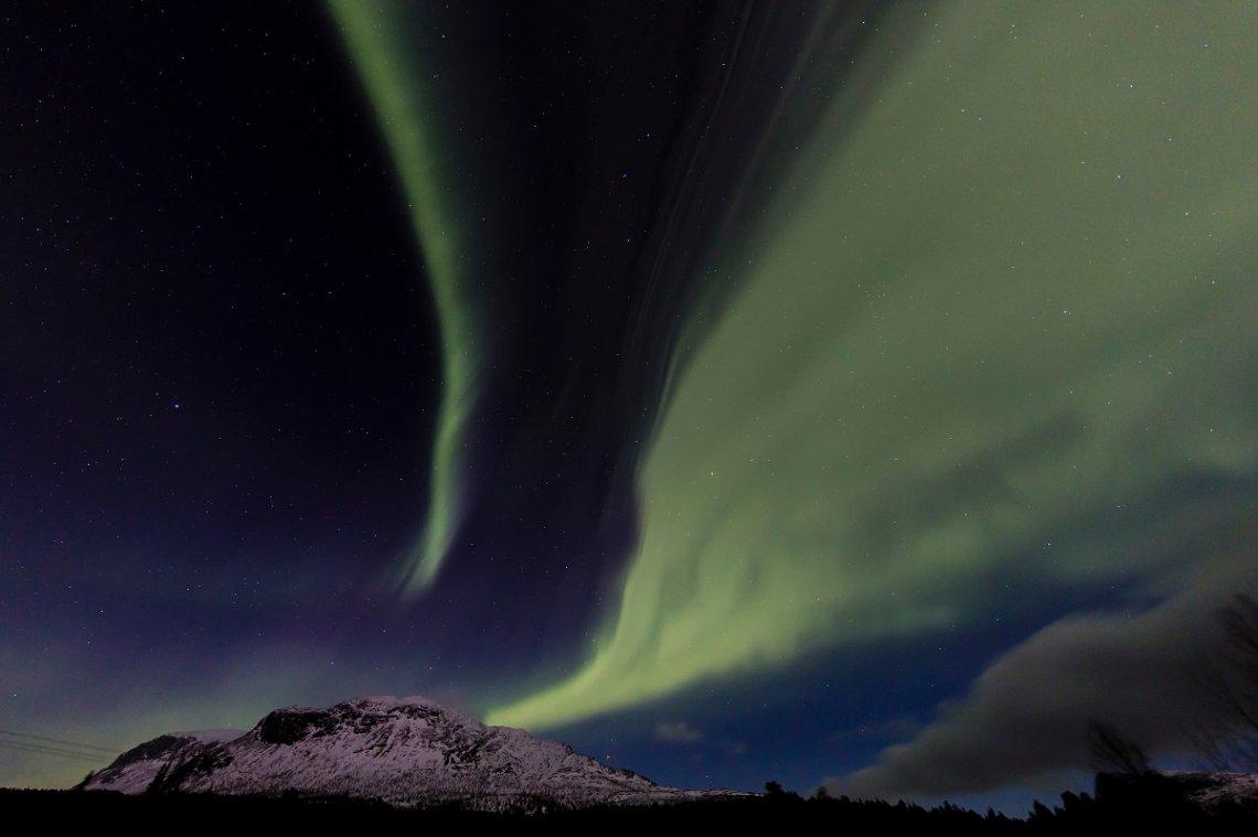 Polarlicht über schneebedecktem Berg