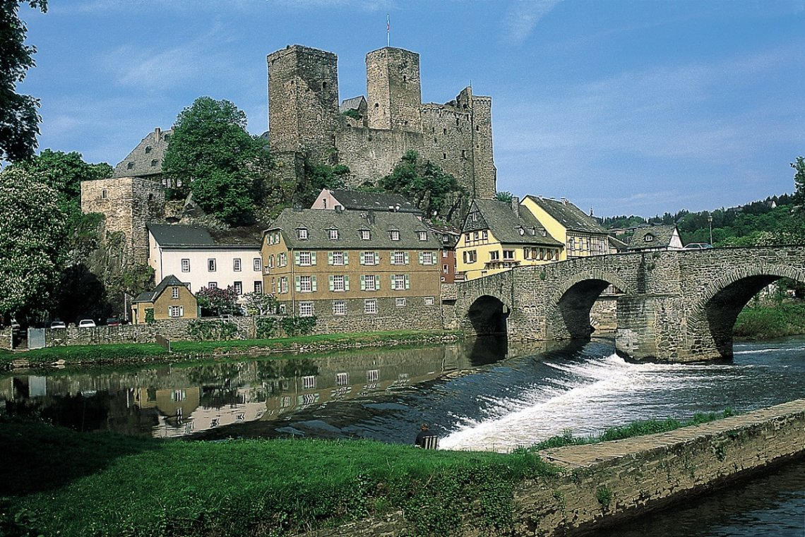 Blick auf Burg Runkel über der Lahn
