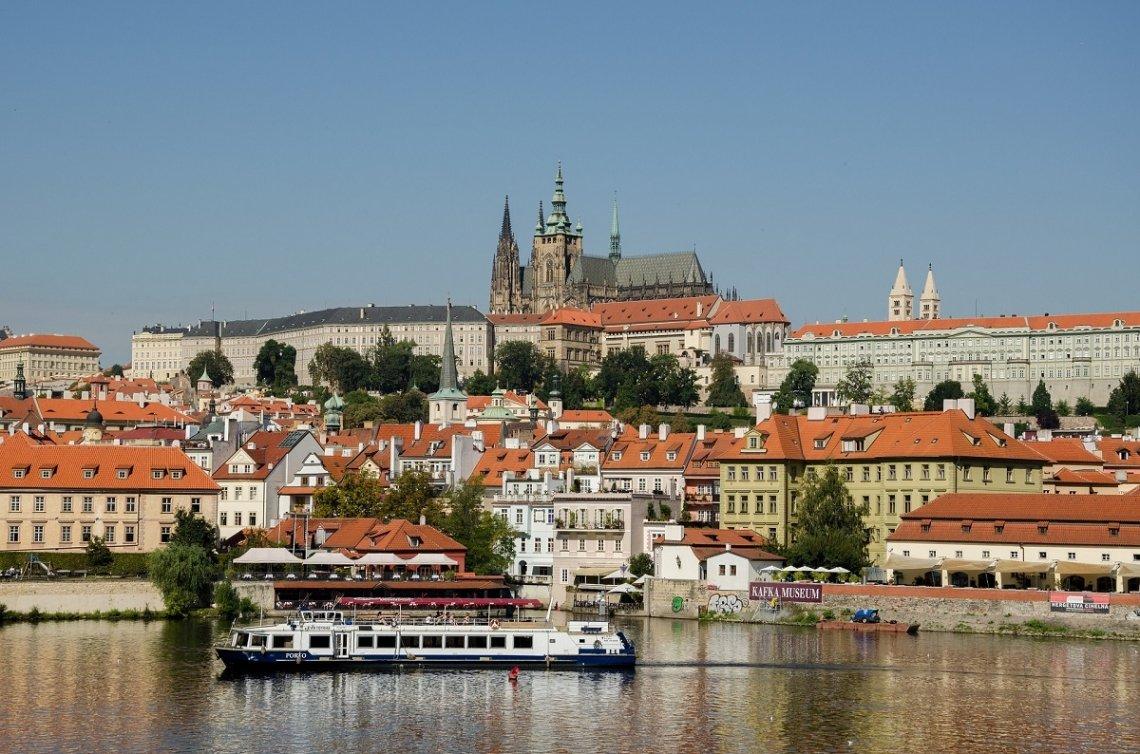 Blick auf Prag von der Moldau gesehen