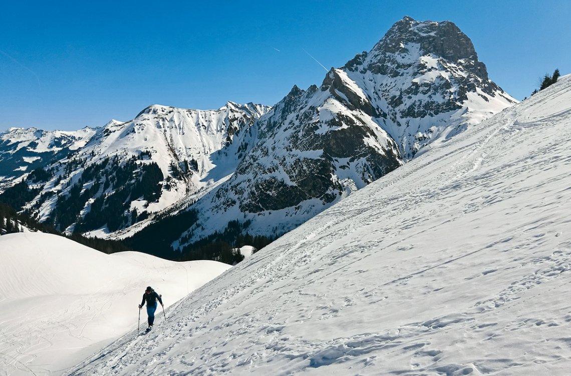 Steilstufe vor dem Panorama des Widderstein-Gipfels