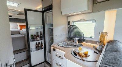 Küchenbereich mit großem Kühlschrank im Hymer Tramp S 585